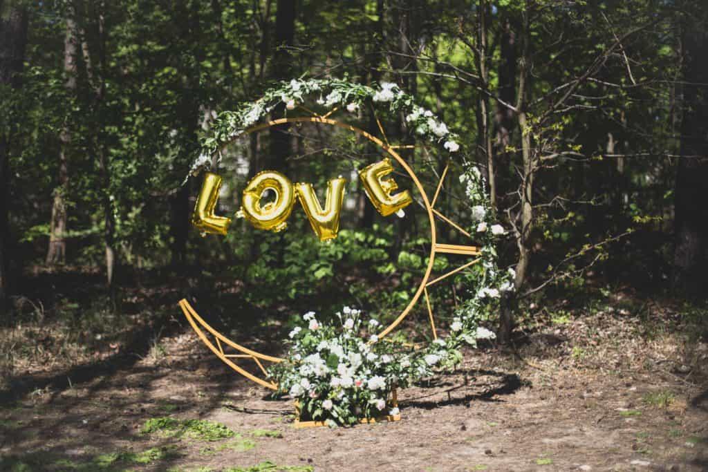 Ślubne łuki, weselne dekoracje, ślub plenerowy, złota konstrukcja na wesele